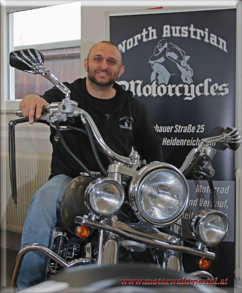 North-Austrian-Motorcycles Inhaber Harald Bauer in seiner KFZ-Service Station für Motorräder in Heidenreichstein.